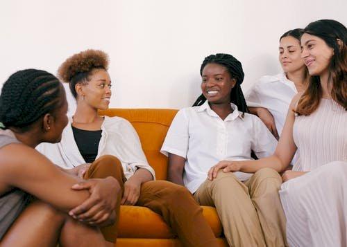 Maksimalkan Body Language Saat Kamu Berinteraksi Dengan Orang Yang Berbeda Bahasa!